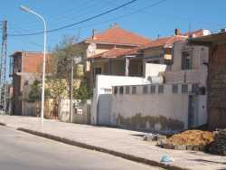 La maison au premier rang (n'existait pas) a �t� construite par feu EL HAMERI Abdelkader et est habit�e par sa famille  la villa jumelle � cot� �tait occup�e par madame RONDONY et l'autre partie par Mme GADET La Maison du p�re du Docteur POLI est juste apr�s, elle a un �tage On devine derri�re la maison en construction, la maison des INGLADA ---- en face les bureaux de Mr MONTABRIC