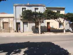 Rue Paul Doumer (d'Orleansville) ---- Maisons de : FORCADE  puis RAUD, p�re de Daniel ---- Actuellement : la maison o� la fen�tre est ouverte est habit�e par OUDDANE Abdelkader et Kadi et l'autre maison  c'est la famille BAALACHE