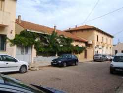 Rue Cavaignac:  le portail gris de la maison ROS  (Andr� pour le fils) puis la maison SILES  (les parents de ROBERT et Michel) La maison BERGONZOLI Ren�  (avec �tage) et le presbyt�re en prolongement