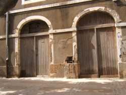 Rue d'Orl�ansville num�ro 14 ---- construction de 1845 magasin d�pot de farine de Bernicola Pauline Au dessus, c'est l'appartement de la famille Mekakkia � droite de l'entr�e: l'�picerie de Jacques LEVY