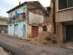 la maison qui fait l'angle  peinte en vert, est celle de Mr ESPI construite en 1938 puis occup��  par Ca�d MOHAMED BOUALEM  (Famille Mendil) occup�e actuellement par la  famille GHALEM depuis 1972 ---- Maison tomb�e en ruine � T�n�s Maison de Mr POINT puis maison de Brahim BENMEHEL mandataire de justice