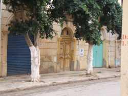 Garage bleu fonc� et porte jaune: famille DJEBBOUR ancien �picier en face du bar SINTES ---- Garage Bleu clair : entr�e principale du Bazar plusieurs familles: ZERROUKI, BELMOUSSA,  Madame LUGUNEGUE ROMEO Fran�ois Mr DERGHAL Ahmed familles TIDDA, MAICHI   etc... ---- au dessus du Garage bleu clair : l'appartement de Roger MICHEL natif de Montenotte