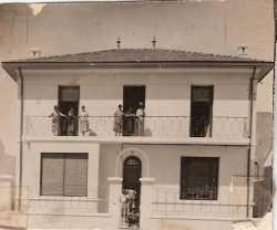 la Maison des XICLUNA place du March� � T�n�s vers 1946  entre les caf�s MOTARD et CANO