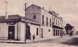 """Carte Postale de 1939 ---- au 1er plan :  la Boulangerie Moderne Propri�taires :  CHAPPE, puis ESPI, puis GARCIA ---- ensuite : le Cin�ma """"Casino"""" qui deviendra """"Le Novelty"""" ---- Puis un bar qui fait l'angle Bar GARCIA puis INGLADA ---- apr�s, le terrain de Basket"""