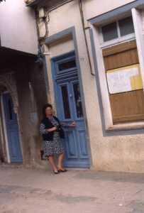1984 - 12 Rue d'Orl�ansville  Mauricette DELBANO devant la Maison de la famille Bennai Hamou et le fr�re du Bachaga BOUALEM  Occup�e maintenant par MENDIL
