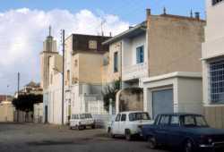 La Rue CAVAIGNAC en 1984 ----  Maison PARRA au 1er �tage BOSC au rez de chauss�e ---- Maison au milieu, jaune : CHAMMA au fond : l'Eglise