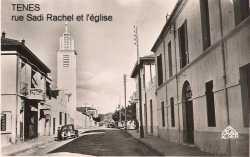 """rue Sidi Rached et l'Eglise Sur la gauche de la rue :  le magasin (Bazar) de Mr DERMECHE surnom� """"TERAD"""" l'appartement du Docteur FOUCAUD (au dessus) puis le presbyt�re.. Sur la droite :  l'H�tel TACHET et  la maison BERGONZOLI"""
