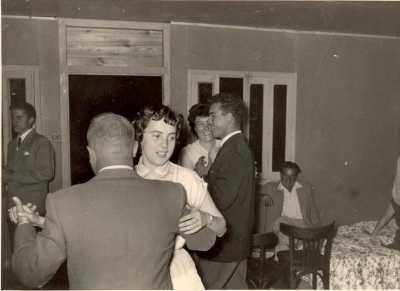 1954 - Villa Albert GASSIER ---- Paulo ALLEMAND dansant avec Simone PEREZ  Georgette GUILLEMY  et ?