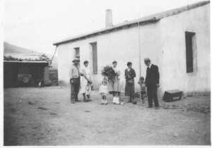 la famille Banon devant sa maison