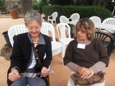 Christiane CAMILLERI  et Danielle MANSION qui admirent le livret d'accueil