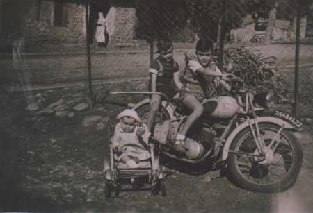 Georges CARTEAUX et Raymond CARTEAUX sur la moto dans la poussette : Olga CARTEAUX