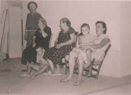 Famille CHAFFORT ---- Jean CHAFFORT Yvonne MAS Georges CARTEAUX Marie CHAFFORT Olga CARTEAUX Jeanne CARTEAUX (Olga CARTEAUX sur les genoux)