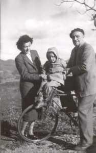 janvier 1952 ---- Jean et Jeanne EGRETEAUD leur petite fille Nani DORAND