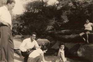 A gauche debout: Mr Cousseau Les enfants:  Sylvie et Roland FEREDJ accroupi: Serge SEROR
