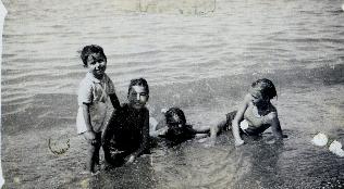 A la plage de TENES  Gaston FORNIELES (fils de Suzanne) Yvette SALA Lucienne SALA Josette BRUAY