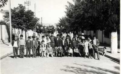 1973 Les enfants de FROMENTIN rue de la Mairie ancienne place entre la maison  de Mr ROBERT et la Mairie  ---- Photo CH-MED