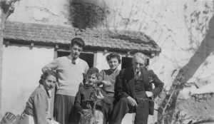 1951 - le jardin familial Manou GARRISSON un Texan copain de Micou Bernard GARRISSON Micou GARRISSON Pierre GARRISSON