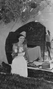 Kermesse  du 12 jullet 1953 Micou GARRISSON  devant la grosse Orange qui servait de buvette