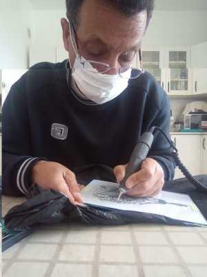 Abdelmajid DERAMCHIA en train de graver sur verre
