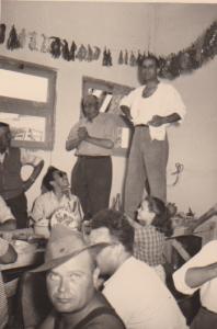 au 1er plan : Paul ALLEMAND Jean SINTES debout sur la table  avec la chemise blanche