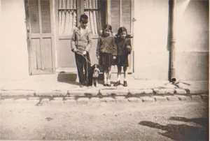 Camille CASIMIR Maryse MARCOT Jacqueline MARCOT devant la Douane
