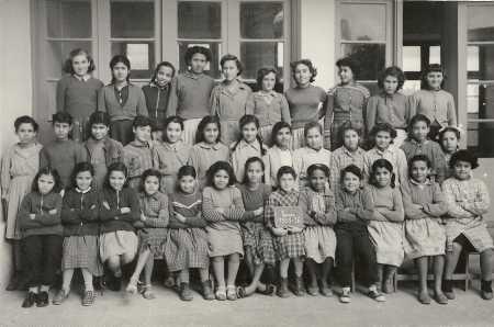 TENES 1955 / 1956 La Classe de Simone RIGAIL ----  Rang du haut : 3- MAZOUNI  Rang du Milieu : 8- XICLUNA