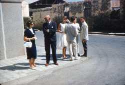 en costume : Basile JONET en robe blanche : Annie GUICHARD