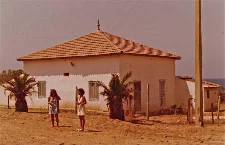 1975 Annette et Betty  devant la maison de Firmin CARRION à Pointe Rouge