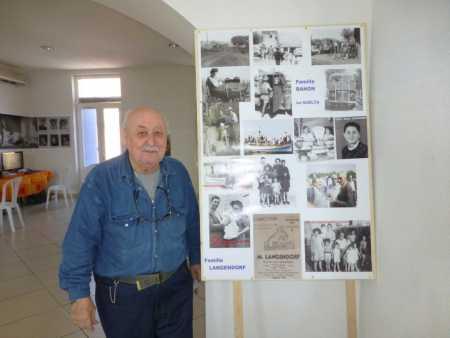 Marc LANGENDORF devant le poster de sa famille