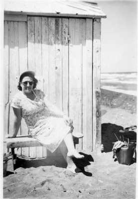 1951 le Cabanon de la Famille XICLUNA sur la plage ---- Germaine XICLUNA