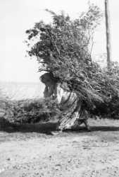 Une femme portant un gros fagot