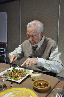 Georges attaquant sa salade aux lardons