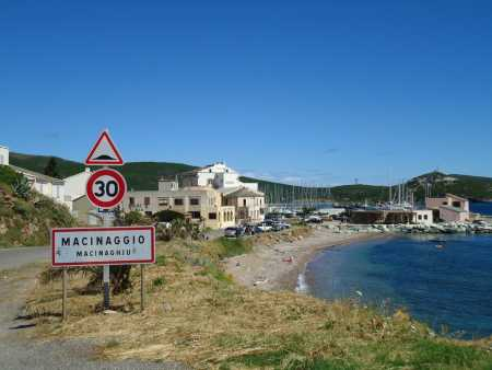 Un joli petit port vers la pointe de la Corse ... avec du vent