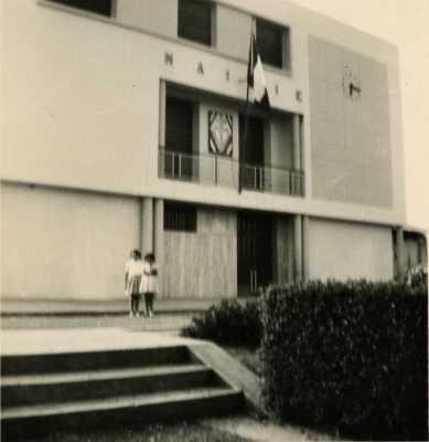 la Mairie de Montenotte en 1960 ---- Danielle ALBENTOSA et sa soeur Huguette