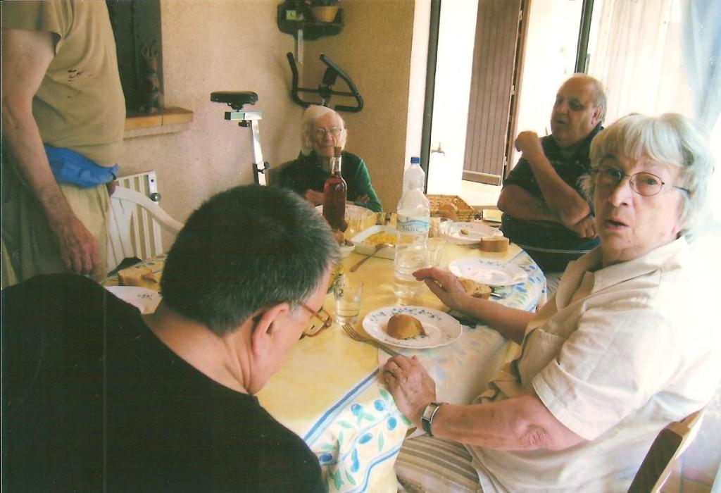 Juin 2006 Chez Daniel RAUD ---- Loulou XICLUNA Ventre de Daniel RAUD Mari d'Eyliette RAUD Guy ROSET Eyliette RAUD
