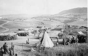 CAVAIGNAC - le camp provisoire de regroupement Construction de la SAS Dans la tente, radio de Georges CERVERA