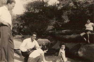 A gauche debout: Mr Cousseau Les enfants:  x,Sylvie et Roland FEREDJ accroupi: Serge SEROR