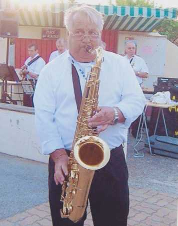 2011 - Gigean (34) Jacky TORREGROSSA devant son orchestre