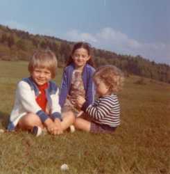 Michelle VICIDOMINI  et ses trois enfants  dans la campagne en 1973-1974