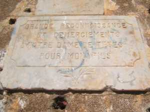 Statue de La Vierge Plaques de remerciements ---- GRANDE RECONNAISSANCE ET REMERCIMENTS A NOTRE DAME DE TENES  POUR MON FILS R . C