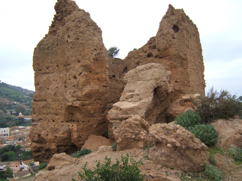 """""""Bordj El Ghoula""""  (la tour de l'Ogresse) L'une des vieilles tours de la Forteresse Arabe ----   Vestiges du Vieux Palais (cliquez ici)"""