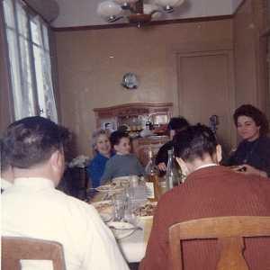 """Avril 1962  Un des derniers repas en Famille avant l'exode De G/D Premier plan de dos WERY Guy  CACCIUTTOLO Paul (fils) Au fond CACCIUTTOLO Antoinette """"Nanette"""" CACCIUTTOLO Georges (fils de Paul et Jeannine)  CACCIUTTOLO Lucie """"Lucienne""""  WERY Rose-Marie"""