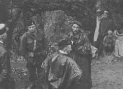 Lieutenant-Colonel DECORSE et  le Capitaine Raymond MUELLE  en discussion avec des gendarmes