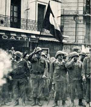 Henri AVELIN au centre avec le drapeau