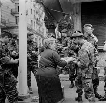 ALGER Janvier 1960 Une passante ravitaille les Parachutistes de la 10e Division