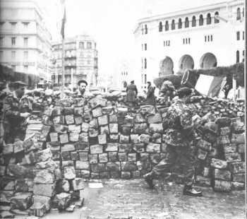 Alger Janvier 1960 Les Barricades rue Michelet Pierre Lagaillarde de face, sur la gauche
