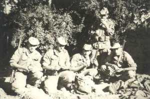 Groupe de tirailleurs devant des grenadiers dans une oasis Photo J.C. Serer