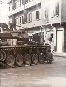 Para sous la protection d'un char pendant les combats de rue