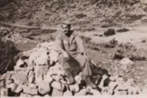 Matmora Les tirailleurs construisent un poste militaire pour la SAS.  Bernard SCOTTO DI CARLO sur un tas de cailloux