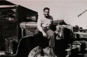 Bernard SCOTTO DI CARLO  assis sur l'aile d'un GMC au Camp de Zarifet